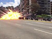 爆破された警察官。ベネズエラ反政府デモで警官バイクの車列が爆破される。