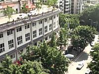 中国の面白建築。5階建ての屋根の上に道がありさらにその上にマンションが建つ。