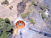空中消火用バケツ。山火事で水場と火災現場を往復するヘリコプターのお仕事拝見動画。
