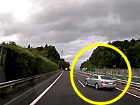 中央道で起きた覆面パトカー自爆事故の瞬間。スピード出しすぎスリップドーン。