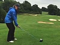 ワロタwwwこっちのが難しいだろwww女性ゴルファーの奇跡のミスショットが撮影される。