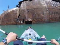 カヤックで廃船探索。50年前に座礁して捨てられたエヴァンゲリア号にカヤックで入るビデオ。