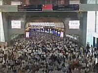 なんでもない平日の朝に品川駅の人の流れを撮影したという映像が話題に。