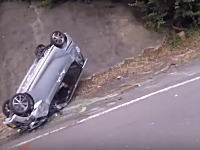 どうしてこうなった?峠道で2台の軽四が横転してしまう事故。バイク車載。