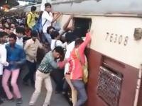 命がけで電車に乗ろうとするインド人たちの映像ががほんと凄いwww