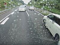 高速道路でUターンする無茶苦茶なアルファードが目撃されるw(゚o゚)w