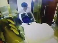 エレベーターの事故ってまじ怖い動画が中国で撮影される。あぶねええええ。