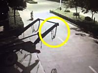 中国でひどい首吊り事故が撮影される。バイクで走ってきた男性が(((゚Д゚)))