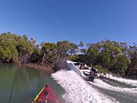 ボートの危険運転。カヤックでのんびり釣りをしていたらスピードボートが突っ込んできた。