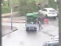 台風13号。強風に煽られたトラックを支えていた男性が潰されてしまう。