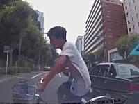 新宿十二社通り事故。信号停止の車列から飛び出した自転車少年をはねちゃった車載。
