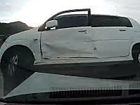 コリジョンコース現象。見通しの良い十字路でなぜか衝突する2台の車。