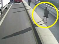 ランニングマン殺人未遂事件。歩道の女性がランニングマンに体当たりされ車道側に(°_°)