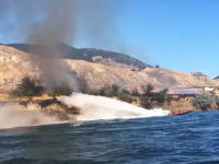 カッコイイ。ブッシュ火災の延焼を食い止めようと頑張るボートの映像。