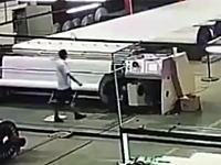 嫌な予感しかしなかった。作業員が大きなローラーに巻き込まれてしまう衝撃映像。