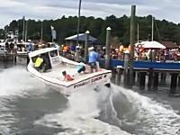 こんな競技があるのか。ボートドッキングのスピードを競う大会の映像。