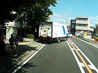 自ら死にに行くスタイル。神奈川であまりにも危険なチャリンコ少年が目撃される。