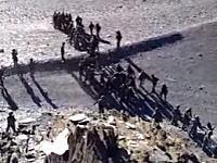 中印国境を超えた中国軍とインド軍との間で戦闘が起きる(動画)投石&殴り合い。