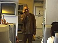 歌手の松山千春さんが遅延したANA機内で歌を歌い乗客を楽しませる。(twitter動画)