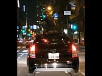 またYouTubeから逮捕か!?屋根に男二人を乗せて走るプリウスが目撃される(大阪)