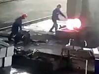 鉄工所で真っ赤に熱せられた高熱の鉄の塊が作業員を襲う。おっそろしい事故だけど笑えるww