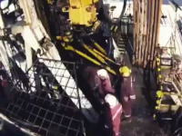 突然動き出した石油リグの機械に挟まれて作業員が死亡。その事故の映像。
