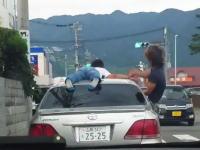 山梨のDQN。クラウンの屋根に乗ったまま国道を走る動画をアップしちゃう。