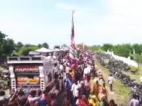 ヒンズーのお祭りで集団感電。高い旗の先端が電線に触れてブブーン(°_°)