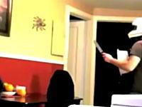リビングに現れた巨大蜘蛛にヘルメット防具&ナイフで挑むパパさんの映像が話題に。