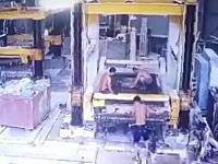 中国の死亡事故。機械のメンテナンスをしていた男性がはじけ飛んだ部品の直撃をくらう。