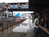 洪水で水浸しになった駅に電車が突っ込んでくるとこうなる。(インド)