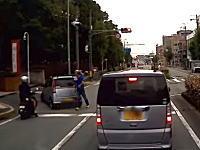変なライトをピカピカさせた軽四が原付を一方的に殴る動画が話題に(大阪)