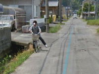 静岡でGoogleストリートビュー撮影車に驚いて側溝に落ちそうになるおばちゃんが撮影される。
