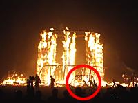 バーニング・マンで巨大キャンプファイヤーに飛び込んだ観客の男が死亡する動画。