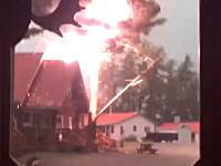 落雷の衝撃で丸裸に。目の前の大木に雷が落ちる衝撃映像(カナダ)
