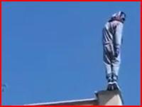 飛び降り自殺の瞬間。ビルから飛び降りた男が地面に叩きつけられる音(@_@;)