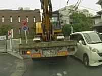 狭い道を通り抜けようとしたトラックさんホンダの車をメキメキと破壊するww