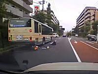 痛い(@_@;)練馬区ですり抜けバイクが停車中のバスに突っ込んでしまう事故。