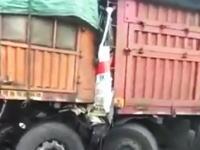 中国で恐ろしい事故が撮影される。追突したトレーラーの運転席が完全にぺちゃんこに。