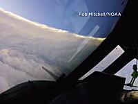 歴代最強クラスのハリケーン「イルマ」に飛行機で突入して台風の目を撮影。