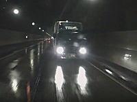 怖すぎ。トンネル内でスリップ正面衝突した側のドライブレコーダー映像。