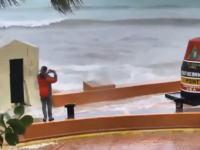 「ハリケーンなう!」を撮影しようとしていた男性。イルマにスマホを破壊されてしまう。