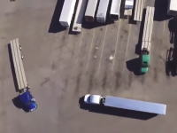 大型トレーラーのバック駐車を真上から撮影したビデオがおもしろい。