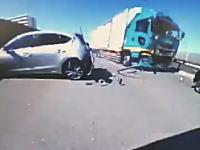 日本の高速道路で撮影されたコレは怖い!5秒動画。簡単に弾き飛ばされる乗用車。