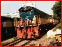 線路で休憩していた男性が列車にはねられてしまう瞬間。(再生注意)