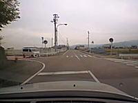 ドライブレコーダー事故。この軽四ひどいな。見通しの悪いとまれ無視。