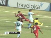 ゴールキーパーが味方選手と激突して死亡(動画)インドネシアリーグにて。