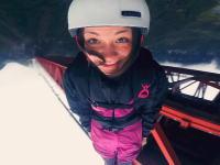 カワイイは正義。警察の制止を逃れて橋からジャンプした女性のビデオ。(中国)