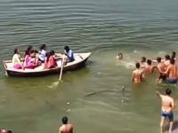 溺れた人を救うのは難しい。男性が大勢の目の前で沈んでしまう悲しいビデオ。