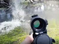 オーストラリアの野豚ハンターがクロコダイルの獲物になった瞬間。